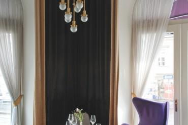 Les fauteuils Tom Dixon et Arne Jacobsen viennent animer le restaurant La Véranda.