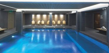 Taillée à flanc de montagne, la piscine carrée se fait aussi bain à bulles géant.