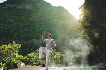 Yoga, Qi Gong et Tai Chi se pratiquent en plein air au milieu des sources.