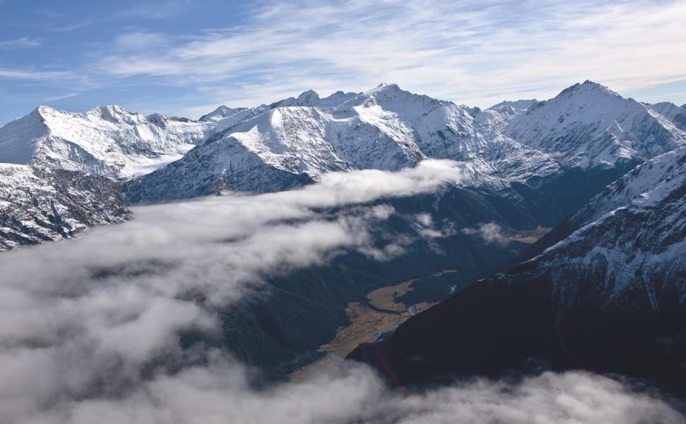 Après la traversée des glaciers des Southern Alps en hélicoptère, le lodge est à l'approche, perdu dans une vallée, non loin du lac Wanaka.
