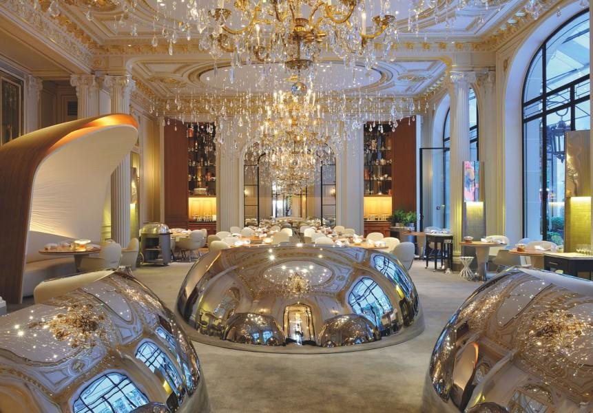 Imaginée par le duo Jouin- Manku, la salle du restaurant gastronomique est le dernier espace où les lustres ont gardé une patine plaquée or. Le soir, le mur du fond s'ouvre pour révéler un cabinet de curiosités emplis d'objets d'art de la table inestimables.