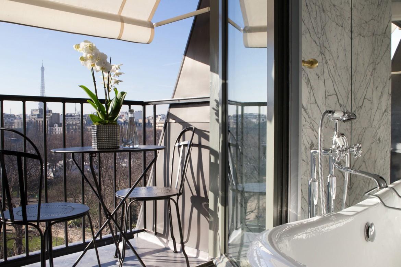 La-Reserve-Paris-Hotel-bathroom-with-view