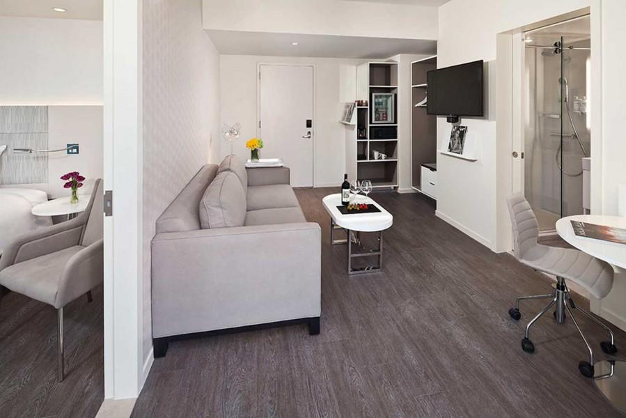 InnsideNewYork-Terrace-Suite-Livingroom