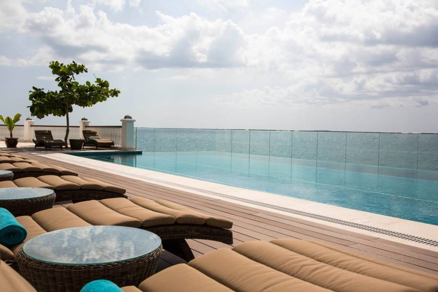 znzph_p117_pool_with_sun_beds_91388-900x600